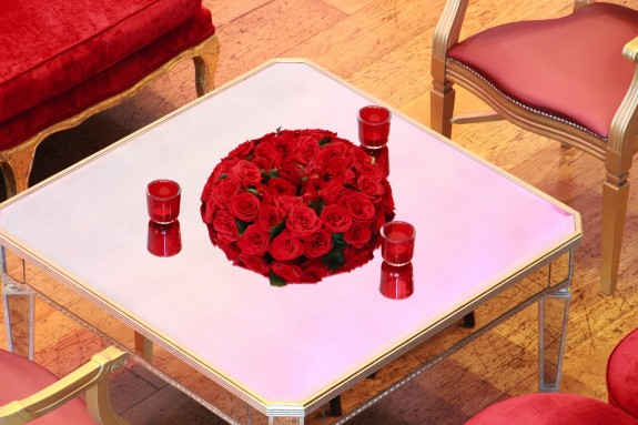 centre de table rond en roses rouges